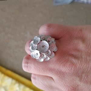 Flower ring with stretchy band
